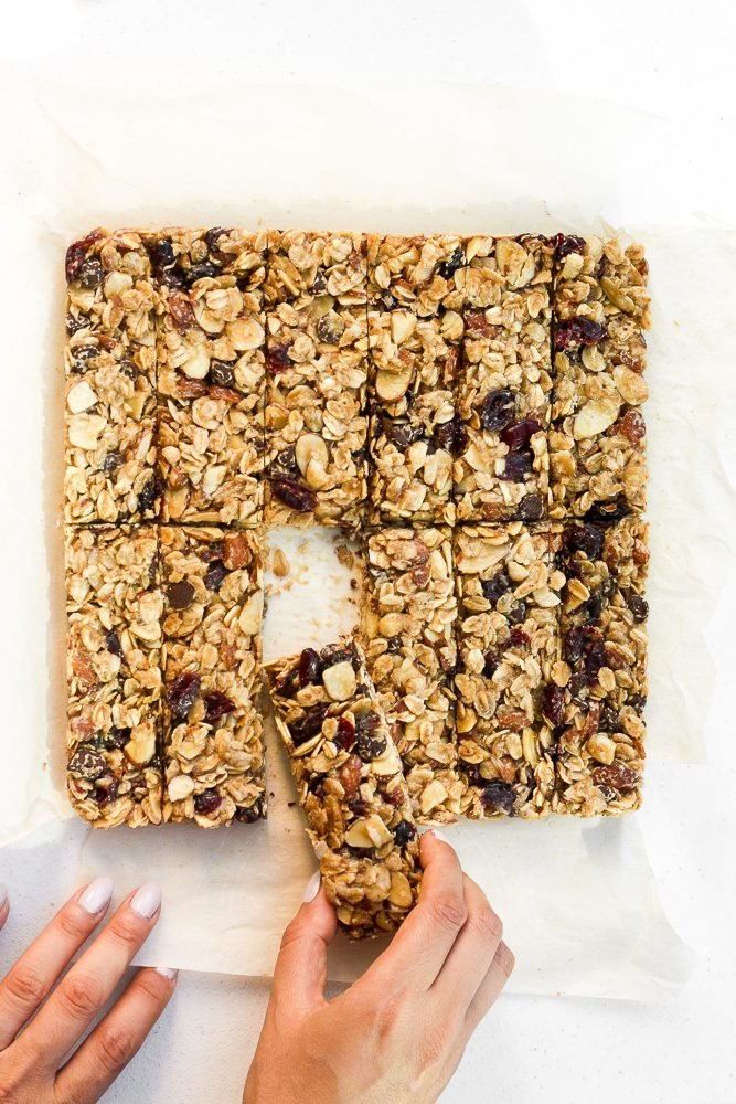 It's back to school and time to fill those lunch-boxes with chewy almond cranberry chocolate granola bars. They're healthy, vegan, and gluten-free! | aheadofthyme.com