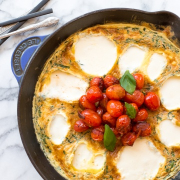 This 15-minute caprese frittata is the recipe you've been waiting for -- tomatoes, basil, fresh mozzarella wrapped between fluffy, light eggs. A go-to breakfast for entertaining or an easy dinner for busy weeknights. | aheadofthyme.com
