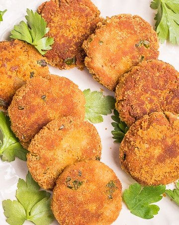 These smoked mackerel fish cakes are just right... crunchy on the outside and soft on the inside, packed with tons of flavour in every bite. Ready in literally minutes, they are a go-to weeknight meal or entertaining option. | aheadofthyme.com