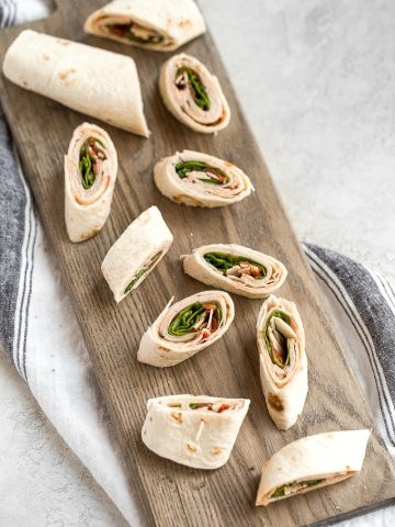 Turkey pinwheels are bite-sized finger food perfection and will make back-to-school lunch planning for the kids, entertaining guests at lunchtime, or serving appys at game day a total breeze! | aheadofthyme.com