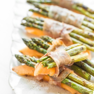 3-ingredient prosciutto-wrapped asparagus and cantaloupe bundles are salty, sweet and juicy -- the trifecta you never knew you needed! | aheadofthyme.com