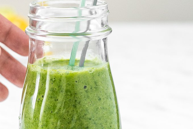Take 5 minutes out of your day to make thisdelicious, vibrant and energizing green detox smoothie, packed with nutrients and antioxidants that gets your morning started right. | aheadofthyme.com