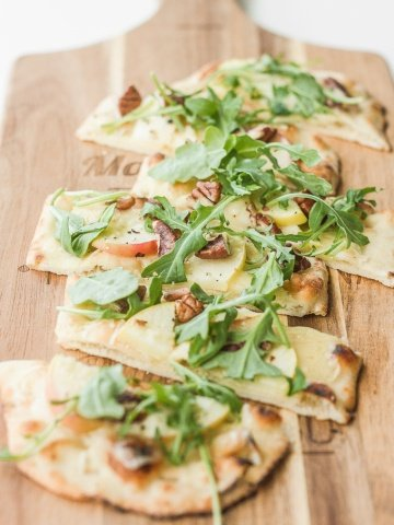 Crisp apples, peppery arugula, crunchy pecans and warm, melty aged cheddar cheese ... you seriously cannot go wrong with apple and arugula flatbread.   aheadofthyme.com