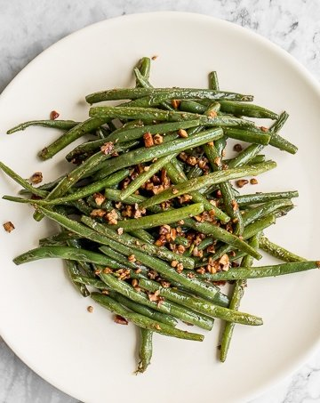 With only a few ingredients, it is amazing how much flavour these 10-minute nutty green beans produce.Earthy green beans perfectly balance with crunchy pecans, and coated with smooth buttery goodness.   aheadofthyme.com