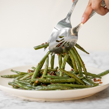 With only a few ingredients, it is incredible how much flavour are packed in these 10-minute nutty green beans. Earthy green beans balance perfectly with crunchy pecans. | aheadofthyme.com