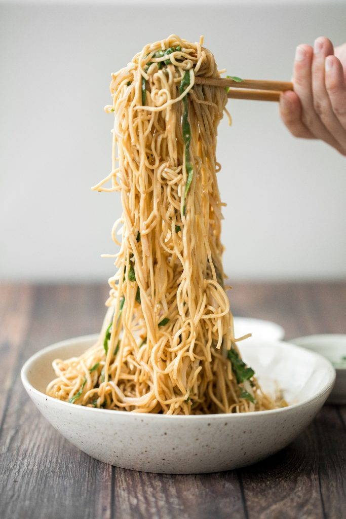 Easy vegan Shanghai style cold noodles tossed in peanut butter sauce with fresh vegetables and Asian seasonings, are flavourful and ready in 10 minutes. | aheadofthyme.com