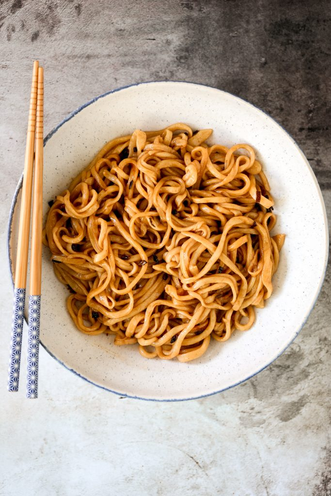 Shanghai scallion oil noodles (葱油拌面) is a flavourful, simple noodle dish that is easy to make homemade with 6 ingredients in under 10 minutes. | aheadofthyme.com