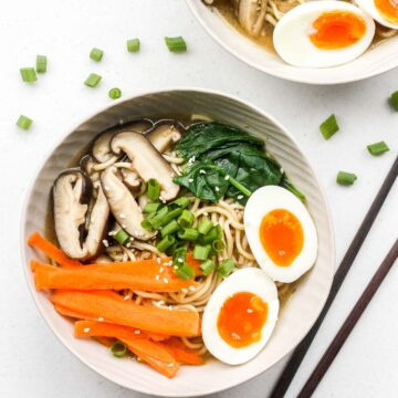 Put down that cup of instant noodles and make fresh, quick and easy vegetarian ramen in 15 minutes. | aheadofthyme.com